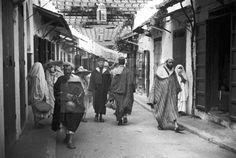MEDINA- CALLES: Tetuán (Protectorado español), 16-6-1940.- Pasaje cubierto, llamado de los Mtamer y la calle de El Jarrazin, donde se hallan instalados los sederos, ebanistas, pintores, curtidores y los fabricantes de babuchas. EFE/ Miguel Cortés/aa