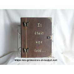 Le Cleobuline est un grimoire album-photo recouvert de cuir marron marbré. Il est entièrement réalisé à la main.