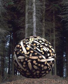 L'artiste coréen Lee Jae-Hyo réalise des sculptures en empilant troncs d'arbres avant de les découper pour leur faire prendre des formes précises.  Il réalise aussi le même genre d'oeuvres avec des clous ou des pierres.