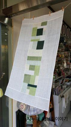 꼬박 일주일 걸려 완성한 모시발 조각조각 재단해 쌈솔로 바느질하고 다림질하고... 워낙 촘촘히 바느질 하... Patchwork Curtains, Textile Fiber Art, Applique Templates, Window Art, Quilt Stitching, Silk Painting, Window Coverings, Quilting Designs, Diy Home Decor