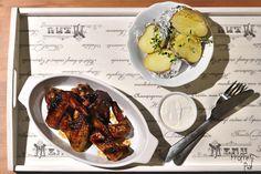 Medová křídla s pečenými rozmarýnovými brambory a zakysanou smetanou | Proprepiaf.cz Tandoori Chicken, Quiche, Ethnic Recipes, Food, Essen, Quiches, Meals, Yemek, Eten
