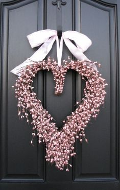 Valentine Day Kiss, Diy Valentines Day Wreath, Valentines Day Decorations, Valentine Ideas, Heart Shaped Wreath, Heart Wreath, Wreath Ideas, Diy Wreath, Holiday Crafts