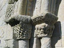 Iglesia románica de Bembrive IGLESIA ROMÁNICA DE BEMBRIVE La iglesia románica de Santiago de Bembrive data del último tercio del siglo XII. Ha sufrido varias reconstrucciones, como las últimas obras de rehabilitación de la cubierta. La planta actual es de una única nave de 20 por 6,50 metros con ábside poligonal. Los aspectos más significativos de su origen románico son los motivos icnográficos de las portadas y los motivos decorativos de los canzorros en el ábside de la cabecera.
