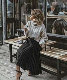 The pleated midi skirt - Stylée.fr - - La jupe midi plissée 🖤 ​​How to wear your pleated midi skirt? Tips and ideas on outfits stylee.fr / … Here: Pleated midi skirt + sweater + sandals # JupeMidiPlissée skirt # TenueJupePlissée # # - Mode Outfits, Skirt Outfits, Fall Outfits, Diy Outfits, Summer Outfits, Early Spring Outfits, Weekly Outfits, Country Outfits, Pretty Outfits