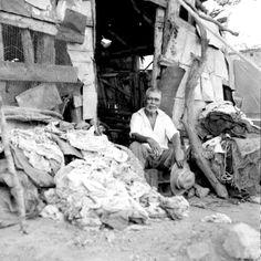 1951 Anciano sentado en la entrada de su vivienda, retrato
