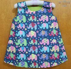 Vestido para bebê, dupla face. Pode ser usado nos dois lados! Confeccionado em tecido 100% algodão. <br> <br>ATENÇÃO: estampa da foto esgotada! <br>Consulte o nosso mostruário de tecidos e estampas disponíveis logo abaixo. <br> <br>Disponível nos tamanhos: <br>0 a 3 meses <br>3 a 6 meses <br>6 a 12 meses <br>12 a 18 meses Sewing Baby Clothes, Baby Sewing, Doll Clothes, Little Girl Dresses, Little Girls, Girls Dresses, Kids Outfits Girls, Girl Outfits, Baby Doll Strollers