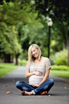 What to Wear to a Maternity Photography Session Maternity Poses, Casual Maternity, Maternity Portraits, Maternity Photography, Couple Maternity, Friend Photography, Photography Magazine, Maternity Dresses, Couple Photography