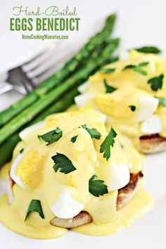 Delicious Hard boiled Egg Recipes : How to Use up Those Leftover Easter Eggs. These amazing hard boiled egg recipes are going to make you want to boil extra Easter eggs this year so you can have an excuse to make this Hard Boiled Eggs Benedict. Boiled Egg Breakfast Ideas, Egg Recipes For Breakfast, Brunch Recipes, Brunch Dishes, Breakfast Items, Easter Recipes, Drink Recipes, Easy Eggs Benedict, Eggs Benedict Recipe