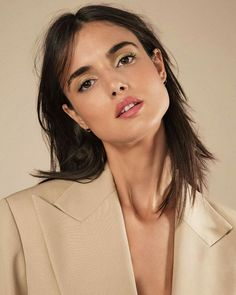 601eb699b2f78 Spanish beauty Blanca Padilla gets a sun-kissed glow for the March 2018  issue of ELLE France. The brunette model shows off bronzed makeup looks for  the…
