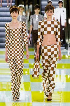 Looks du Défilé Louis Vuitton Printemps-été 2013 présenté dans l'exposition 2015 au Grand Palais :  Volez Voguez Voyagez.