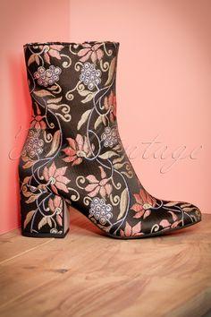 'The average woman falls in love seven times a year, only six are with shoes…' 60s Kathy Floral Booties in Blackzijn hier één van!  Er zijn drie dingen in het leven waar je niet zonder kunt: zuurstof, water en voed… uhhh... deze te gekke floral booties! Wow, hoe prachtig zijn deze laarsjes met metallic bloemen? Wij zijn verliefd… nee, stapel verliefd! Deze booties hebben een ritsje aan de binnenkant en een mo...