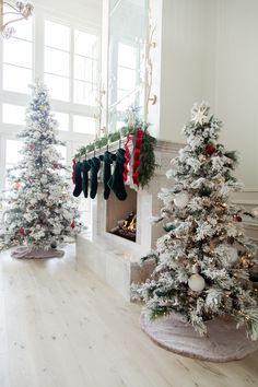 How to Decorate your Christmas Tree in 5 Steps... - Rach Parcell Christmas Greenery, Green Christmas, All Things Christmas, Christmas Time, Christmas Table Settings, Christmas Tablescapes, Christmas Tree Decorations, Holiday Decor, Star Tree Topper
