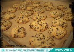 Zobacz zdjęcie Pieee...Pieee... Pieguskii !  w tych ciasteczkach jestem zakochana po uszy ! :) Robi się je szybko  i są lepsze niż sklepowe :p   Składniki :  - 1 tabliczka mlecznej czekolady ( kup swoją ulubioną )( może być też gorzka ) -3/4 masła :) -1/3 szklanki cukru  - 2 nie całe szklanki mąki  -1 łyżeczka proszku do pieczenia -1 jajko   Kroimy czekoladę na drobną kosteczkę ( proszę nie podjadać , hihih )   Następnie masło ucieramy z cukrem mikserem ,dodajemy jajko i mieszamy.Do tego…