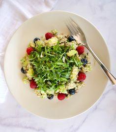 Πράσινη σαλάτα με κινόα, ρόκα και αβοκάντο   Pandespani Salad Bar, Summer Salads, Quinoa, Risotto, Avocado, Banana, Ethnic Recipes, Food, Eten
