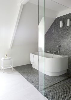 Badkamer on pinterest baden baden bathroom styling and white bathrooms - Tub onder dak ...