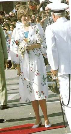 August Prince Charles & Princess Diana arrive in Gibraltar to a tumultuous welcome to board the Royal Yacht Britannia at the beginning of their honeymoon cruise. Diana Memorial, Prince Charles And Diana, Diana Williams, Princess Diana Fashion, Diana Wedding, Isabel Ii, Lady Diana Spencer, Princess Of Wales, Modest Dresses