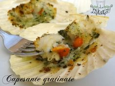 Baked scallops au gratin- Capesante gratinate al forno Today I will explain my system for making scallops … - Baked Scallops, Fried Calamari, Shellfish Recipes, Antipasto, Lobster Tails, Finger Food, Potato Salad, Mashed Potatoes, Seafood