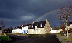 Maisons à Larmor lors d'un temps breton.... Station Balnéaire, Brittany, Bro, House Styles, Photos, Home, Dolphins, Pays De La Loire, Pictures