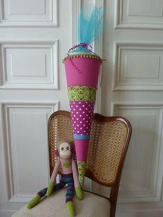 Selbstgenähte Schultüte auf alten Stuhl