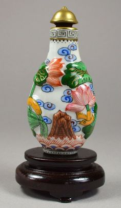 A stunning qing painted porcelain snuff bottle, with gilt cap,  ruyi and bat figures-