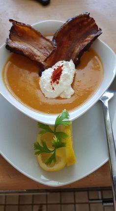 Szerző: Eva Nagy - vörös lencse krémleves bacon chips Thai Red Curry, French Toast, Bacon, Chips, Drink, Breakfast, Ethnic Recipes, Food, Morning Coffee