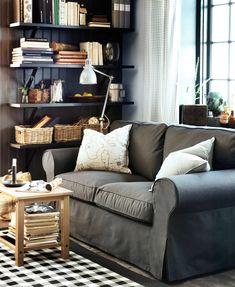 Ein Wohnzimmer Mit YSTAD Sesseln Lederbezug Grann In Dunkelbraun HOL Beistelltisch Aus Massiver Akazie HEMNES Couchtisch Schwarzbraun Un