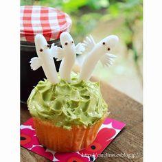 ニョロニョロカップケーキ。 抹茶バタークリームで草をイメージ♪ ニョロニョロはシュガーペーストで作りました。 Hattifatterner cupcake :-) http://carolinei.exblog.jp/20992323/  #moomin #muumi #hattivatti #hattifatterner #tovejansson #tovejansson100 #finland #comic #cupcake #sweet #kawaii #cute #lovely #handmade #ムーミン  #ニョロニョロ #カップケーキ #かわいい #北欧 #フィンランド #トーベヤンソン
