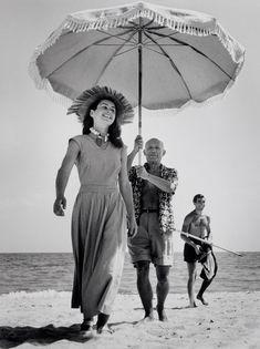 Pablo Picasso et Françoise Gilot photographiés par Robert Capa à la plage de Golfe-Juan dans le sud de la France, 1948.