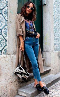 T-shirt de banda + bolsa statement deixam a combinação mule + trench coat muito mais cool!