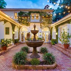 #MagicalMonday – Imagine the soirees you could host in the courtyard of this #JustListed Sarasota residence in Oyster Bay. Guests could enjoy a live flamenco band and tapas while they gather around the fountain to re-connect and enjoy the cool evening breezes.