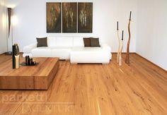 """Wie der Name schon verrät, zeichnet sich die Landhausdiele Kerneiche durch ihre bewusst einsortierten Kern- und Trocknungsrisse und die schwarz gekitteten Äste aus. Das verleiht diesem natürlichen Echtholzboden seine rustikale Optik. Ausgezeichnet mit dem Markenzeichen """"Real Wood"""" und geprüft und empfohlen vom Institut für Baubiologie Rosenheim (IBR) können wir bei diesem Produkt die hervorragende Umwelt- und Ökobilanz von echtem Holz nachweisen. #parkett #echtholz #wood #kerneiche"""