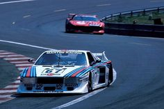 El Lancia Beta Montecarlo Turbo de Pirro/Gabbiani per davant del M1 Grup 5 de Stuck/Jarier/Henzler a Le Mans 1981