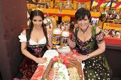 Pin for Later: Prost! Auch die Stars heben gerne mal einen Kim Kardashian und Kris Jenner