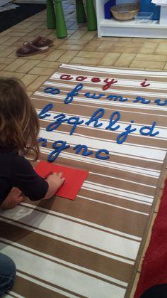 Lulu étant en pleine période de construction phonologique, j'ai voulu anticiper un peu et fabriquer le premier grand alphabet mobile ainsi que les lettres rugueuses. Pour ceci, j'ai por…