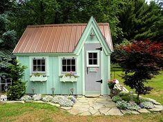 住まいとなる母屋が既にあるのなら、次は庭の一画に小さくとも夢のあるガーデンハウスを建てたくなるだろう。 まあ、そんなワクワクするような空想に浸る...
