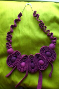 Medium Necklaces – Necklace realised in shade of purple felt – a unique product by ilcilindrodelleidee on DaWanda Felt Necklace, Fabric Necklace, Textile Jewelry, Fabric Jewelry, Jewellery, Felt Flowers, Fabric Flowers, Ideas Joyería, Fabric Beads