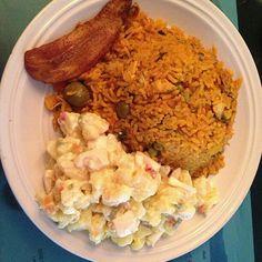 Arroz con pollo Panamaño, ensalada de papa, tajadita....riquisimo.