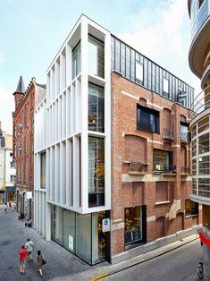 Abscis Architecten - Zicht vanaf Jan Van Stopenberghestraat - een gebouw met drie gezichten: historisch, hedendaags en gelaagd - fotografie Dennis Desmet