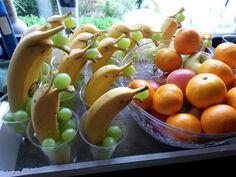 Gezonde traktatie voor op school. Nodig: een banaan, druifjes, doorzichtige bekers.