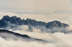 꽃송이 같은 구름 사이로 우뚝 솟은 속초 설악산 울산바위의 웅장한 위용