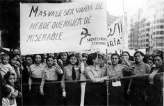 Un grupo de jóvenes comunistas, portando una pancarta en una de las manifestaciones femeninas que se celebraron en Valencia, en septiembre d...