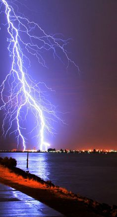 Dangerous yet Amazing Pics of Lightning…