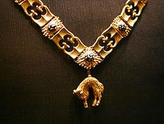 Neck Chain of a Knight of the Order of the Golden Fleece, shown in the Schatzkammer (Vienna), Austria. Wikipedia, the free encyclopedia Royal Crowns, Royal Jewels, Crown Jewels, Soldier Costume, Medieval Furniture, War Medals, Trophy Design, Landsknecht, Neck Chain