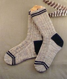 The Men's Twin Rib Knit Sock Pattern is a quick and easy knitted sock pattern you or any man in your life is sure to love. These nice and neutral socks feature a twisted rib cuff, contrasting slip stitch heel, and stripes on the cuff and toe. Crochet Socks, Knitted Slippers, Mens Slippers, Knitting Socks, Hand Knitting, Knit Socks, Socks Men, All Free Knitting, Slipper Socks
