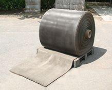 Du béton en rouleau... Un textile flexible imprégné de ciment qui se durcit par hydratation pour former une mince couche de béton waterproof et non inflammable.