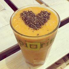 Smoothie's gehen ja bekanntlich immer, eindeutig die leckersteArt frisches Obst zu genießen (: Ihr braucht: -2 Bananen -1 Mango -1 Apfel -1 Hand voll gefrorener Erdbeeren (so spart ihr euch Eiswürfel etwas Wasser -1 EL Chiasamen Zubereitung: Alles zusammen mit dem Zauberstab oder Mixer mit eine wenig Wasser zu einem Smoothie mixen und mit den...