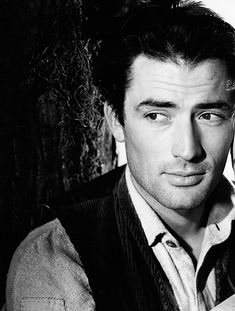 Gregory Peck, so handsome! And then there is his voice. Yes I still have a crush. Why do we no longer have men like this.