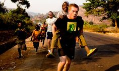 L'anglais Chris Jackson courant au Congo, afin de sensibiliser le public sur les impacts du conflit congolais, 2010