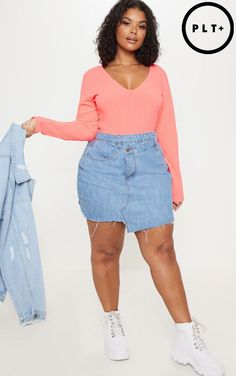 The Plus Bright Blue Wash Fray Hem Wrap Denim Skirt. Head online and shop this season's range of plus size at PrettyLittleThing. Thick Girls Outfits, Curvy Girl Outfits, Curvy Women Fashion, Plus Size Outfits, Denim Skirt Outfits, Denim Outfit, Mode Plus, Looks Plus Size, Looks Black