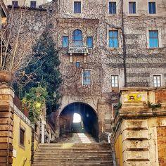 Surpresas de Roma! Feliz Ano 2017!!!! .  Lembre-se que nós organizamos o seu transfer do/para o aeroporto e também sua hospedagem! info@emroma.com .  Veja mais no Snapchat Em_Roma  #Roma #europe #instatravel #eurotrip #italia #italy #rome #trip #travelling #snapchat #emroma#viagem #dicas #ferias #dicasdeviagem #brasileirospelomundo #viajandopelomundo #monti